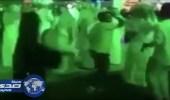 بالفيديو.. فتاة ترقص وسط مجموعة من الشباب في مكان عام