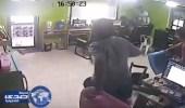 بالفيديو.. أفعى طائرة تٌهاجم شخص بمقهى إنترنت