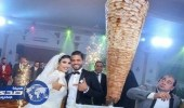 بالصورة.. عروسان يستبدلان قالب الحلوى بسيخ شاورما في حفل زفافهما