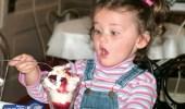 بالصورة.. مصرية تمنع ابنتها من تناول الطعام بطريقة قاسية