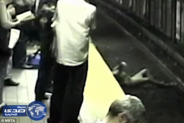"""بالفيديو.. فتاة تسقط على قضبان الـ """" مترو """" إثر إصابتها بحالة إغماء"""