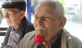 تٌركي يحمل وردة في فمه منذ 59 عاماً.. والسبب!