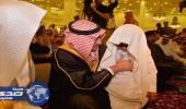 أمير تبوك يهدي قلمه لطالب كفيف ويوجِّه بعلاجه