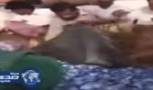 بالفيديو.. تجمهر المواطنين لأخذ قوارير مياه من حاوية نفايات بالدمام