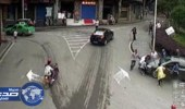 بالفيديو .. سائق يصعد على الرصيف ويدهس طفلاً