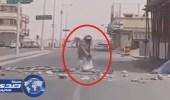 بالفيديو.. مختل يغلق أحد شوارع الخرج و يرهب المارة