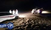 بالصور.. مدني الطائف ينقذ شاب ووالده علقت سيارتهما في الرمال
