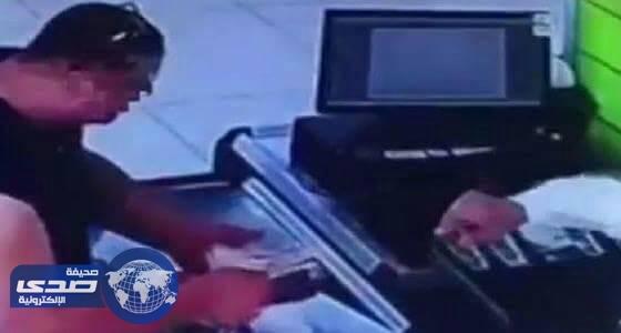 بالفيديو.. حيلة زبون للحصول على اموال زائدة من «كاشير» في الدمام