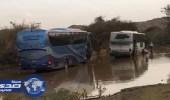بالفيديو والصور.. «مدني ميسان» يحرر حافلتي سياح علقتا بسيول الطائف