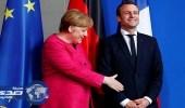 بالفيديو.. ماكرون يضع ميركل في موقف حرج أثناء زيارته لألمانيا