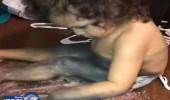 بالفيديو والصور.. أمريكية تنهار لعبث طفلها بمكياجها
