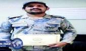 قائد حرس الحدود يكرم جندي فجر قارب حوثي
