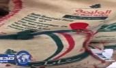 بالفيديو.. إزالة الختم من أكياس الأرز بسلسلة « بندة »