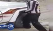 فيديو.. شباب يسيرون على قدم عامل بالسيارة مقابل مبلغ مالي