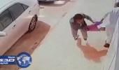بالفيديو.. 3 لصوص يسرقون كيس ذهب من شخص في وضح النهار
