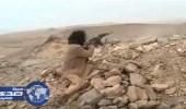 بالفيديو.. مقاتل يمني: يرفض قص شعره الا في صنعاء