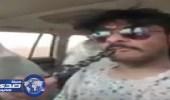 بالفيديو.. مواطن يدخن الشيشة أثناء القيادة على طريق «لرين– بيشة»