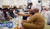 توثيق لحظات الإفطار بالهواتف داخل الحرم النبوي