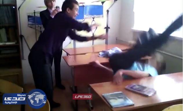 بالفيديو.. سقوط مروع لطالب بسبب مزاحه داخل الفصل