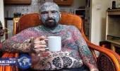 بالصور.. بريطاني يواجه خطر فقد ذراعه بسبب الوشوم