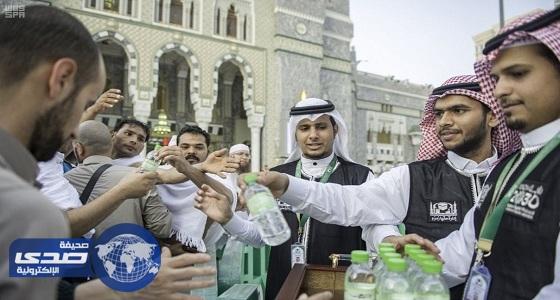 بالصور.. توزيع نصف مليون عبوة من ماء زمزم بالمسجد الحرام منذ بداية رمضان