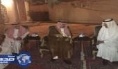 فيصل بن بندر يقدم العزاء لأسرة العمر والعيبان في فقيدتهم