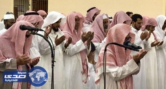 """بالفيديو.. محمد القرني شبيه """" السديس """" بصوته يؤم المصلين في ميسان"""