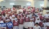 بالصور.. حلقات خيركم توزع كسوة العيد على الطلاب