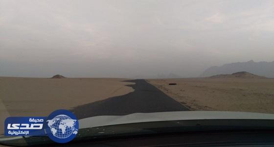 بالصور.. الرمال الزاحفة تطمس طريق الحبقة المؤدي لعليب