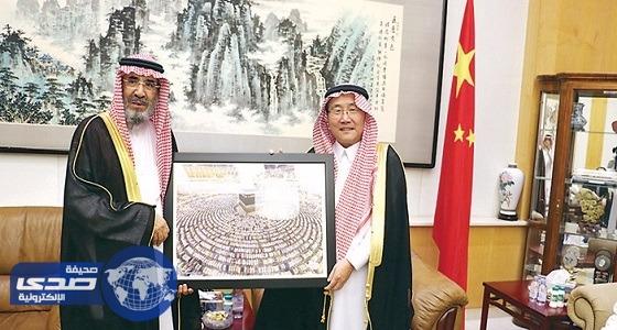 بالصور.. السفير الصيني بالمملكة يستقبل ضيوفه بالزي السعودي