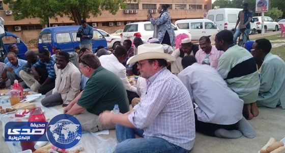 بالصور.. السفير الأمريكي في الخرطوم على مائدة الإفطار