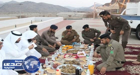 بالصور.. وكيل محافظة الحجرة يشارك رجال الأمن إفطارهم