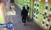 بالفيديو.. ثلاث رجال يقذفون متسولاً بالألعاب النارية