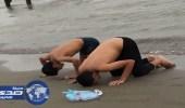 شابان يسجدان لله شكرا بعد نجاتهما من الغرق بشاطئ الشقيق
