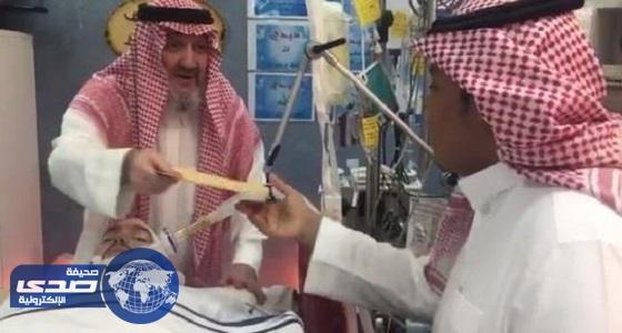 بالفيديو.. الأمير خالد بن طلال يسلم جوائز مسابقة «الوليد» من غرفة العناية المركزة