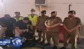 k9 تشارك قوات أمن العمرة للأسلحة والمتفجرات في تفتيش المركبات