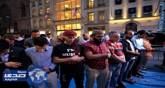 بالصور.. مسلمون يفطرون ويصلون أمام برج ترامب وهذه مبرراتهم