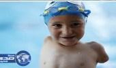 بالصور.. طفل «بلا ذراعين» يفوز بالميدالية الذهبية في السباحة