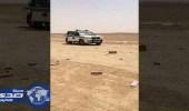 بالفيديو.. انقلاب شاحنة دخان وتطاير آلاف المنتجات من السجائر على الطريق