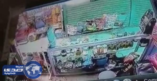 بالفيديو.. لص يسرق محلا في وضح النهار