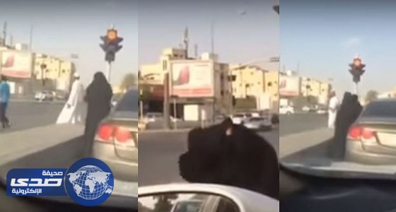 بالفيديو.. مضاربة حامية بين فتاتين على أحد الطرق