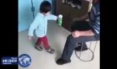 بالفيديو.. طفل يُصيب جده بحالة من الفزع بسبب مقلب