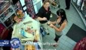 بالفيديو.. فتاة تصفع موظفة اعتراضا على فاتورة الحساب