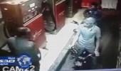 بالفيديو.. شاب يسرق عاملا بمحطة وقود بطريقة ماكرة