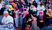 قبلة مختلفة واختلاط الرجال والنساء في صلاة العيد بأحد مساجد مصر