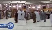بالفيديو.. مئات المصلين ينتظرون أئمة الحرم للترحيب بهم بعد صلاة التراويح