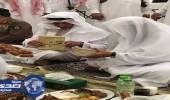 بالفيديو والصور.. أمير مكة يتناول الإفطار بساحات الحرم المكي