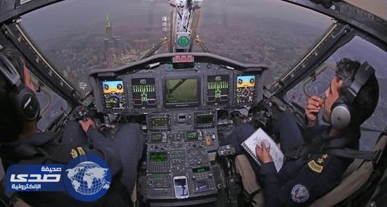 طيارين يتناولان الإفطار فوق الحرم المكي «صورة»