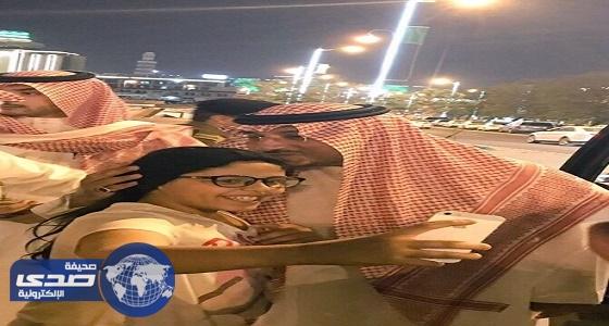 نائب أمير عسير في زيارة غير رسمية لشارع الفن بأبها والمواطنين يلتقطون السيلفي
