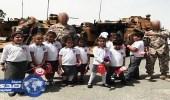استياء النشطاء من إجبار الحكومة القطرية للأطفال على رفع أعلام تركيا